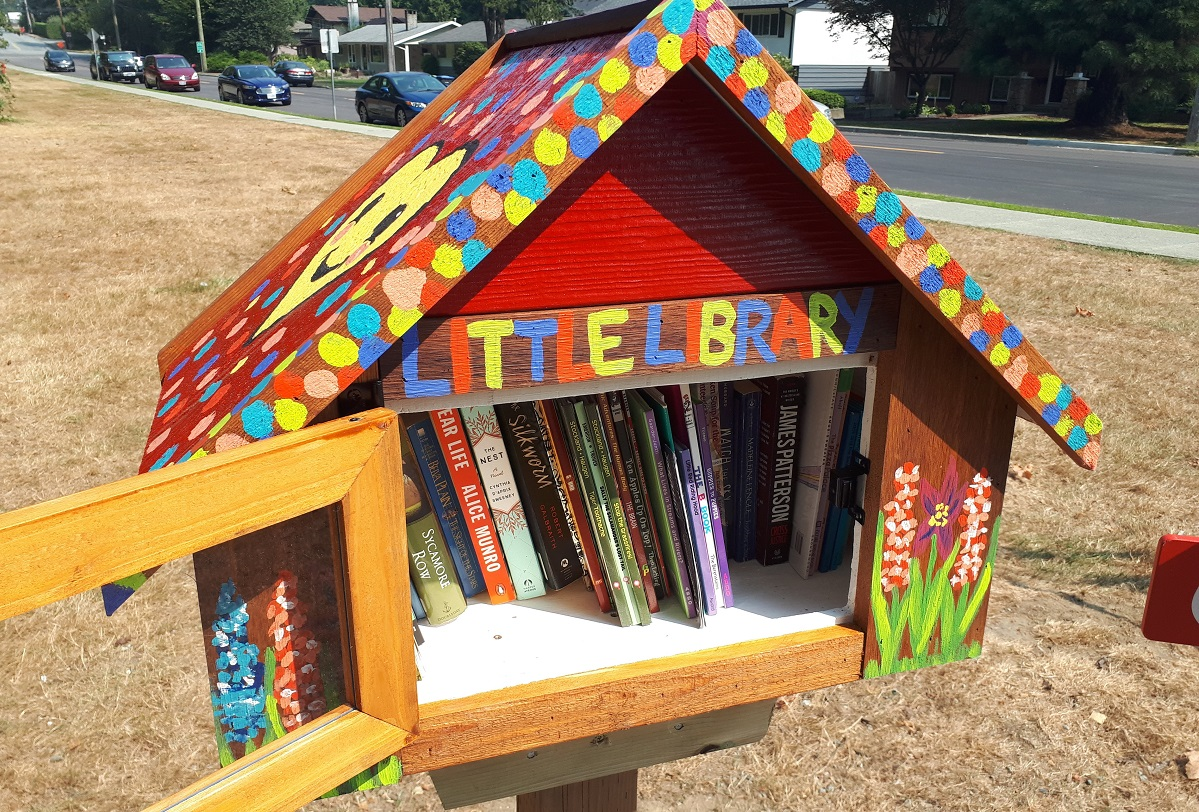 Books inside of a little library.